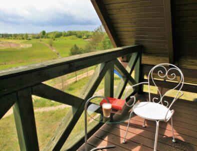 kaszuby-domek-na-wynajem-sypialnia-duza-trzebuniowa-darga-balkon-widok-na-pola