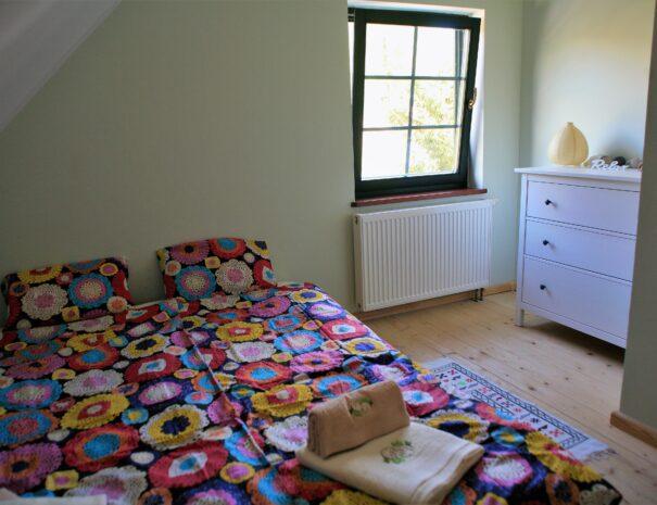 kaszuby-domek-na-wynajem-sypialnia-mala-pietro